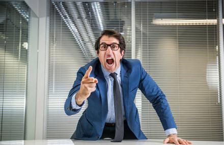 capo ufficio che non scopa diventa nervoso e se la prende con gli altri